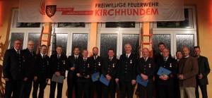 Die Wehrführung, der Bürgermeister und der Leiter des Ordnungsamt mit den geehrten Feuerwehrkameraden für 25 und 35 jährige Mitgliedschaft
